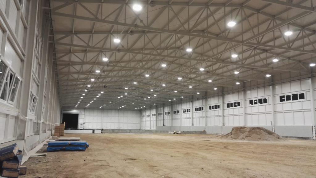 Instalace LED osvětlení v nové průmyslové hale